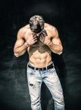 Hübsche bärtige hemdlose Stellung des jungen Mannes stockfotos