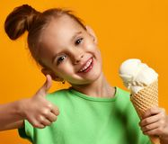 Hübsche Babykindergriffbanane und -Erdbeereis im Waffelkegel lizenzfreie stockbilder