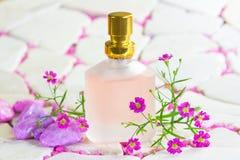 Hübsche bereifte Flasche Parfüm mit Blumen Lizenzfreies Stockbild