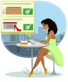 Hübsche blackhair Frau, die allein im Café sitzt Lizenzfreie Stockbilder
