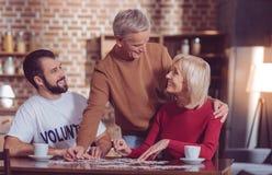 Hübsche Blondine, die nahe ihrem Ehemann sitzen stockbilder