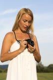 Hübsche Blondine mit Weinlesefotokamera stockfoto