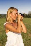 Hübsche Blondine mit Weinlesefotokamera lizenzfreies stockfoto