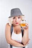 Hübsche Blondine in trinkendem Kognak des Hutes, Geschäftsart Lizenzfreies Stockbild