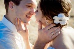 Hübsche Bräutigamgriffe im Gesichtsabschluß der Handschönen Braut oben stockbilder