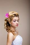 Träume. Wunsch. Durchdachte luxuriöse Braut-Blondine - herrliche Frisur. Reinheit Stockfoto