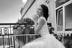 Hübsche Braut an der Sommerterrasse lizenzfreie stockfotos