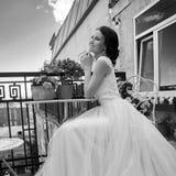 Hübsche Braut an der Sommerterrasse lizenzfreies stockbild