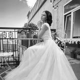 Hübsche Braut an der Sommerterrasse stockbilder