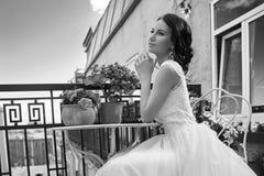 Hübsche Braut an der Sommerterrasse lizenzfreie stockfotografie