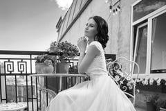 Hübsche Braut an der Sommerterrasse stockbild