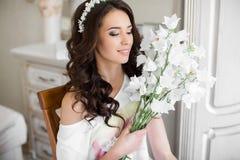Hübsche Braut mit Blumenstrauß Lizenzfreie Stockbilder