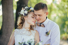 Hübsche Braut und Bräutigam stockfotografie