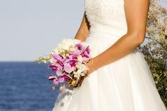 Hübsche Braut und ihr Blumenstrauß lizenzfreie stockfotografie