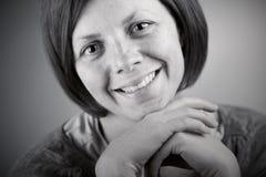 Hübsche Brunette-Dame Smiling Lizenzfreie Stockfotos