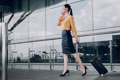 Hübsche Brunettefrau geht zur Passkontrolle am Flughafen lizenzfreies stockbild