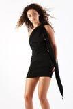 Hübsche Brunettefrau im schwarzen Kleid. Stockfoto