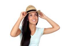 Hübsche Brunettefrau mit Stroh Stockfoto