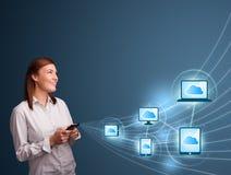 Hübsche Dame, die auf smartphone mit der Wolkendatenverarbeitung schreibt Lizenzfreie Stockbilder