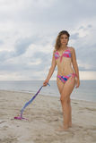 Hübsche Dame, die einen rosafarbenen und blauen Bikini (i) trägt Stockfoto