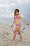 Hübsche Dame, die einen rosafarbenen und blauen Bikini (ii) trägt Lizenzfreie Stockfotografie
