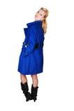 Hübsche Dame im blauen Mantel. Stockbilder