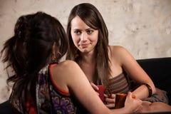 Hübsche Dame Listening zum Freund Stockbild