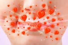Hübsche Damenlippen mit reizenden roten Herzen Stockfotos