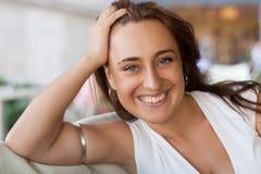 Hübsche dreißiger Jahre Frau auf einem Datum Lizenzfreies Stockfoto