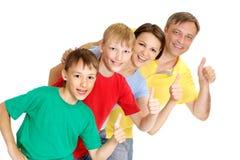 Hübsche Familie in den hellen T-Shirts Lizenzfreie Stockfotos