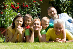 hübsche Familie an der Natur Lizenzfreies Stockbild