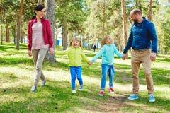 Hübsche Familie, die Weg im Park hat lizenzfreies stockbild