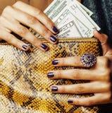 Hübsche Finger der Afroamerikanerfrauenholding Stockbilder