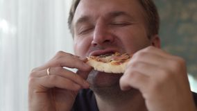 Hübsche Fleisch fressende Pizza stock video