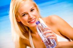 Hübsche Frau auf dem Strand Lizenzfreies Stockfoto