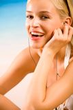 Hübsche Frau auf dem Strand Stockbilder
