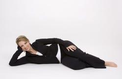 Hübsche Frau auf Fußboden Lizenzfreie Stockfotografie