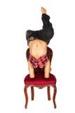 Hübsche Frau auf rotem Stuhl der alten Art Lizenzfreie Stockfotografie