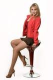 Hübsche Frau auf Schemel Lizenzfreie Stockfotografie