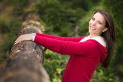 Hübsche Frau in Bush stockfoto