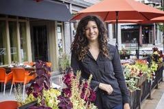 Hübsche Frau Café-Bistros an den im Freien Stockbild