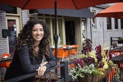 Hübsche Frau Café-Bistros an den im Freien Stockfoto