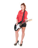 Hübsche Frau in den schwarzen kurzen Hosen, die mit Gitarre aufwerfen Lizenzfreie Stockfotografie