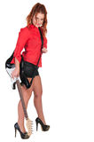Hübsche Frau in den schwarzen kurzen Hosen, die mit Gitarre aufwerfen Stockbilder