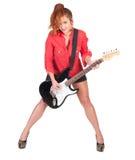Hübsche Frau in den schwarzen kurzen Hosen, die mit Gitarre aufwerfen Lizenzfreies Stockfoto