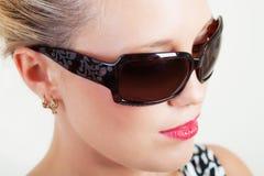 Hübsche Frau in den Sonnenbrillen Stockfotografie