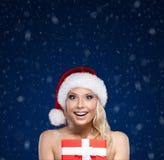 Hübsche Frau in den Weihnachtsschutzkappenhänden vorhanden Stockbild