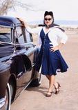 Hübsche Frau in den Weinlese-Sonnenbrillen lizenzfreie stockfotos