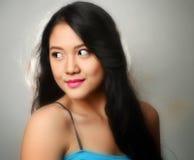 Hübsche Frau in der blauen Spitze Stockfotografie