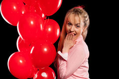 Hübsche Frau in der Bluse mit roten Ballonen Lizenzfreie Stockfotos
